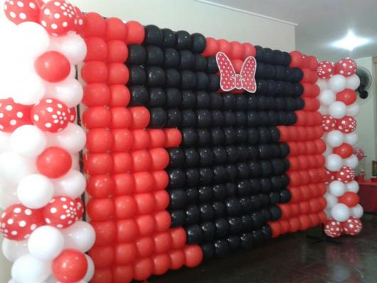 Painel de Festa Infantil da Minnie Vermelha de balões formando o rosto da personagem