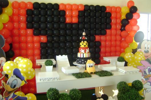 Painel de Festa Infantil Mickey de balões formando o rosto do personagem