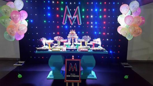 Painel de Festa Infantil Neon com cores fluorescentes