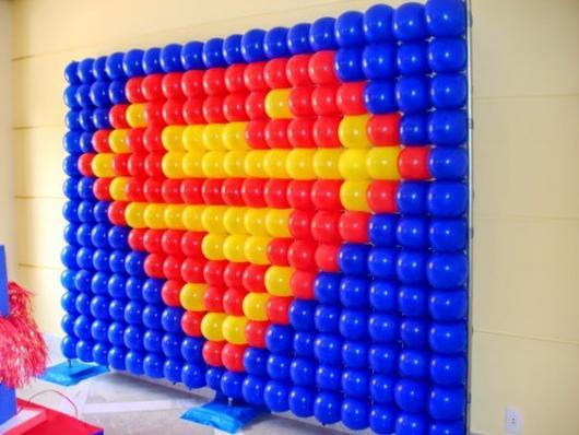Painel de Festa Adulto de balões com símbolo do Super Homem