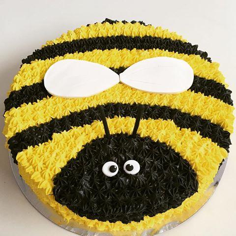 Bolo da Abelhinha de chantilly em formato de abelha