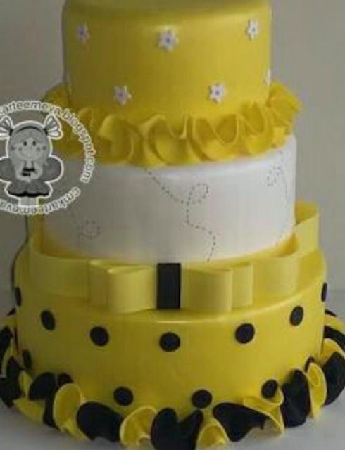 Bolo da Abelhinha fake amarelo claro, branco e preto