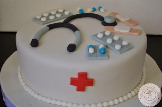 Bolo de Formatura Enfermagem com cartelas de medicamentos e estetoscópio