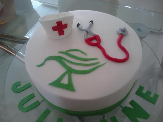 Bolo de Formatura Enfermagem com símbolo da profissão