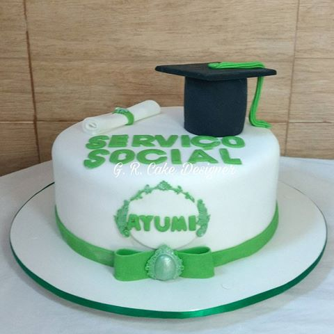 Bolo de Formatura Serviço Social branco e verde com diploma