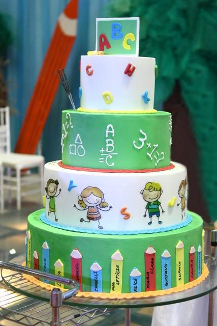Bolo de Formatura Infantil verde e branco com desenho de crianças