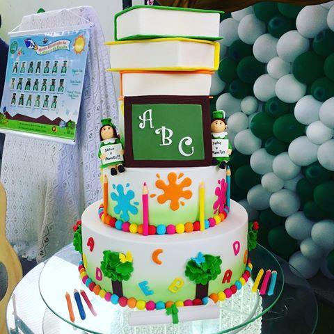 Bolo de Formatura Infantil colorido com livrinhos como topo de bolo