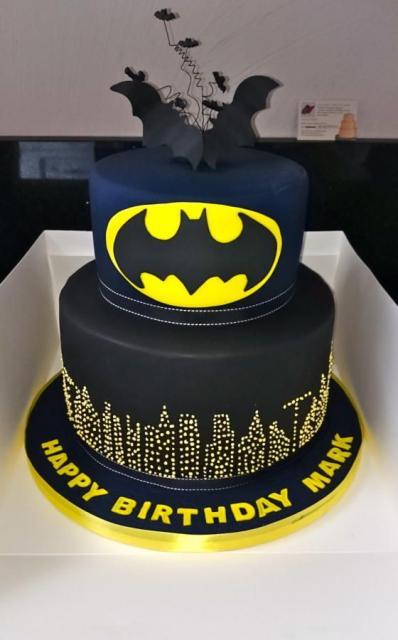 Bolo do Batman de Pasta Americana de 2 andares com morcegos