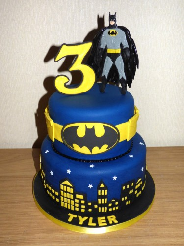 Bolo do Batman de 2 andares decorado com pasta americana
