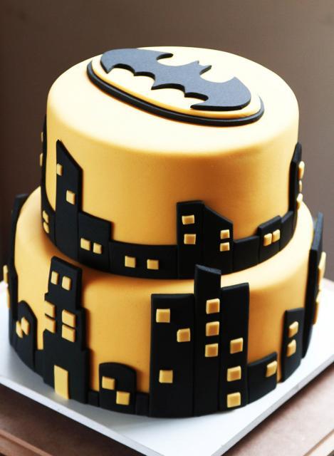Bolo do Batman de Pasta Americana com prédios pretos