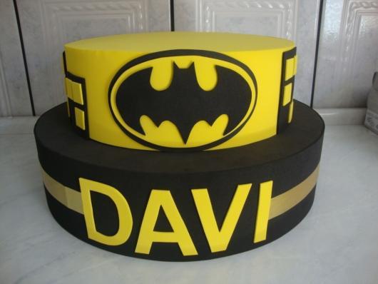 Bolo do Batman de 2 andares decorado com EVA
