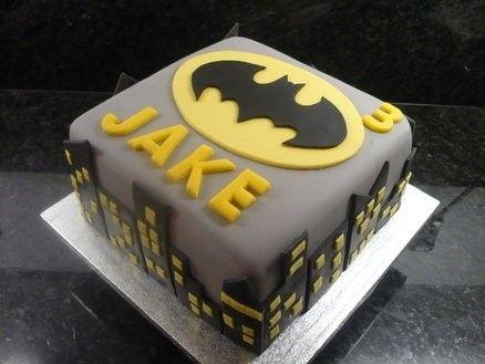 Bolo do Batman Quadrado Cinza com detalhes em preto e amarelo