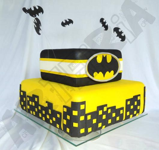 Bolo do Batman Quadrado com detalhe de prédios e morcegos