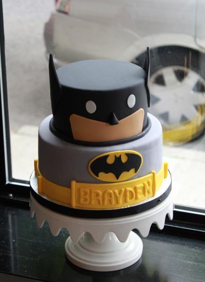 Bolo do Batman de Pasta Americana de 2 andares com rosto do Batman