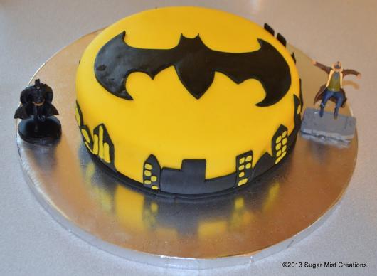 Bolo do Batman Redondo amarelo e preto decorado com pasta americana
