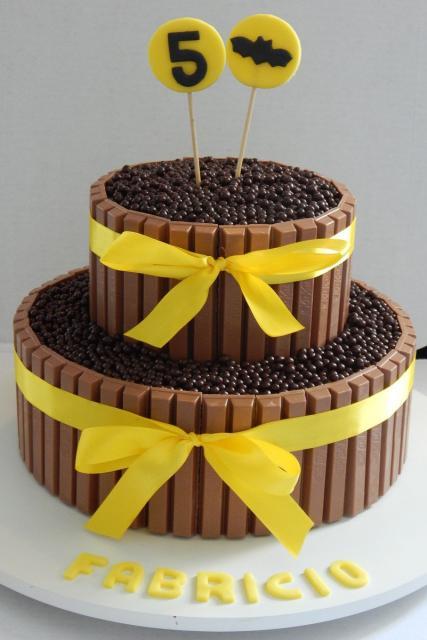 Bolo do Batman Redondo decorado com chocolate e confeitos