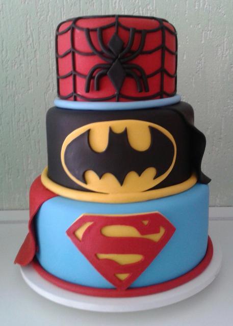 Bolo do Batman vs SuperMan com símbolo dos personagens