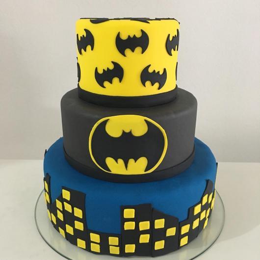 Bolo do Batman de Pasta Americana de 3 andares com detalhes de prédios e morcegos