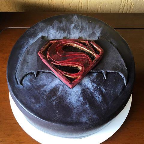 Bolo do Batman vs SuperMan preto com símbolo vermelho