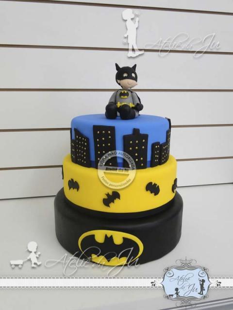 Bolo do Batman Fake com 3 andares e topo de bolo