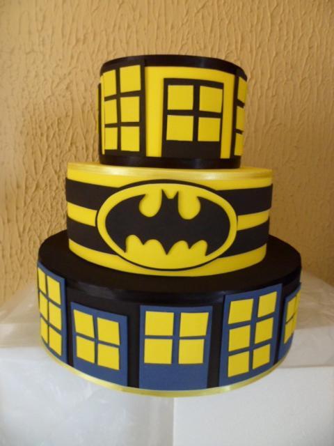 Bolo do Batman Fake amarelo com detalhes em preto