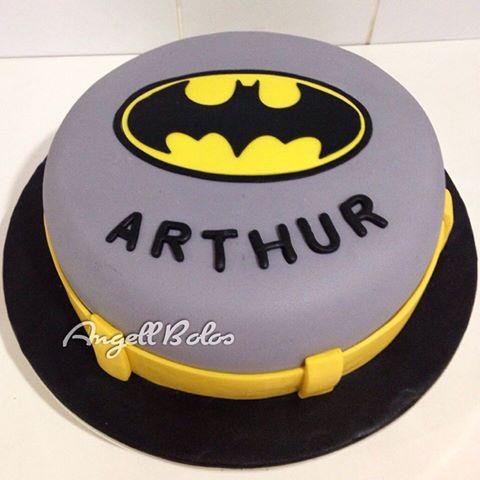 Bolo do Batman de Pasta Americana cinza com detalhes em amarelo e preto