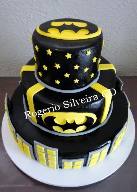 Bolo do Batman de Pasta Americana preto com detalhes em amarelo e cinza