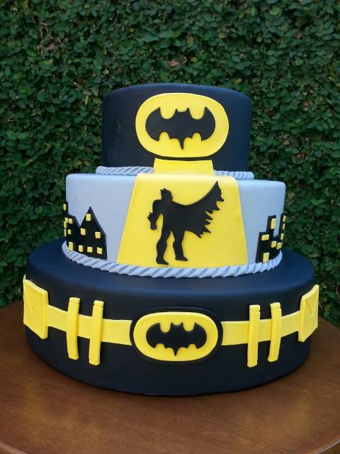 Bolo Fake Batman com três camadas