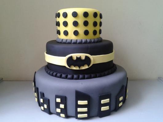 Bolo Fake Batman com três andares em eva
