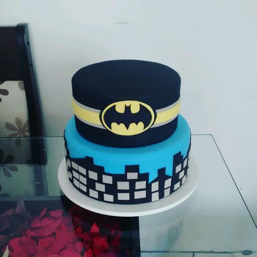 Bolo Fake Batman dois andares coberto com tecido