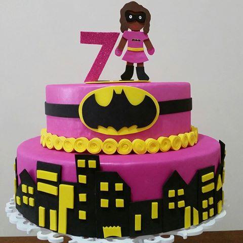 Bolo Fake Batman para festa infantil feminina