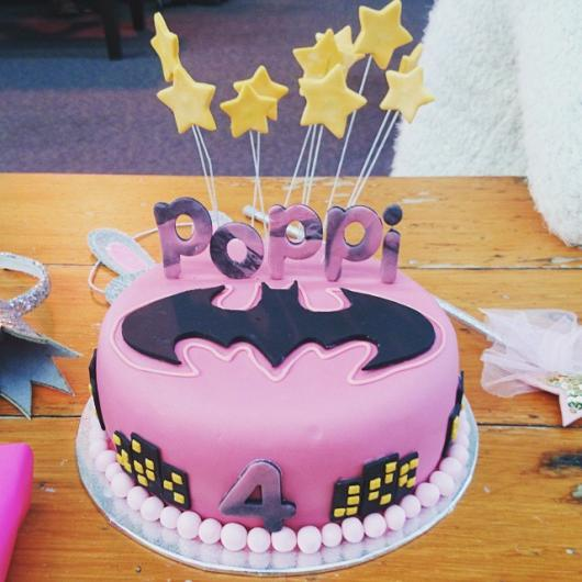 Bolo Fake Batman rosa para menina