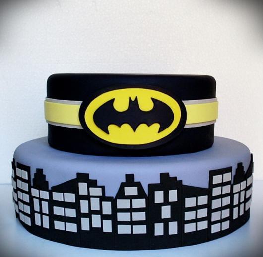 Bolo Fake Batman dois andares com o símbolo do Batman