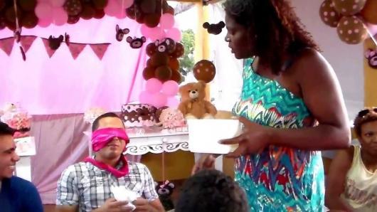 Brincadeiras para chá de bebê com Papai adivinhando os presentes