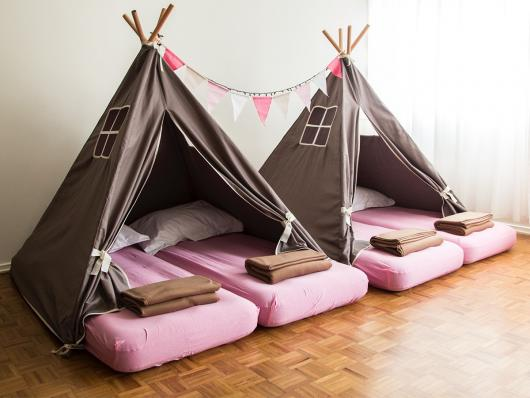 Como fazer uma festa do Pijama cabana palha com detalhes em rosa