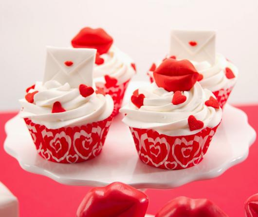 Cupcake para Dia dos Namorados Topper Confeito em formato de boca e coração