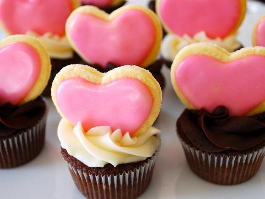 Cupcake para Dia dos Namorados Confeito bolachinha de coração rosa