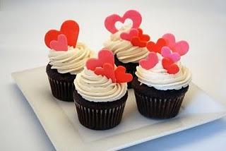 Cupcake para Dia dos Namorados de Pasta Americana com enfeites de coração