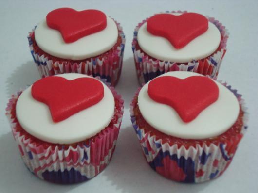 Cupcake para Dia dos Namorados de Pasta Americana com detalhe de coração