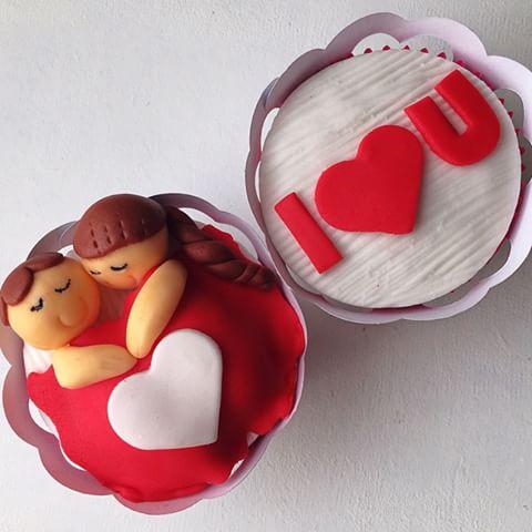 Cupcake para Dia dos Namorados de Pasta Americana com casal dormindo