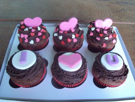 Cupcake para Dia dos Namorados de Pasta Americana com corações rosa