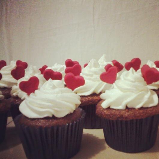 Cupcake para Dia dos Namorados de Chantilly com mini corações vermelhos