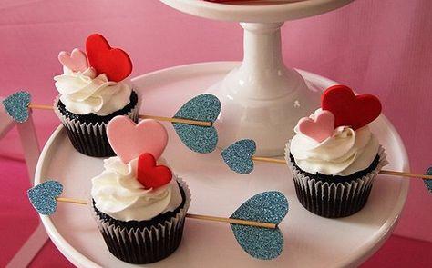 Cupcake para Dia dos Namorados de Chantilly com corações rosa e vermelho