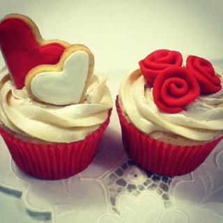 Cupcake para Dia dos Namorados de Chantilly com rosas de pasta americana