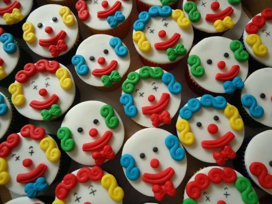 Cupcake Patati Patatá com rostos de palhaços