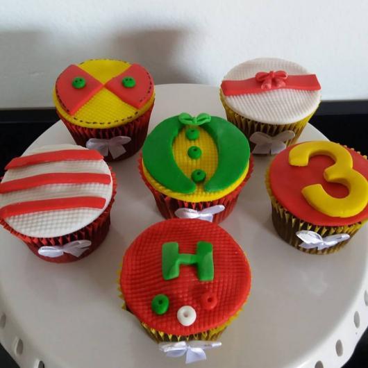 Cupcake Patati Patatá com paletó de palhaço