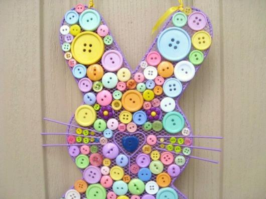 Decoração de Páscoa Simples e Barata silhueta do coelho feita com botões