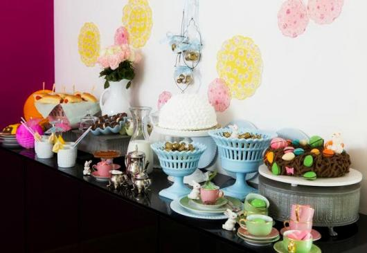 Decoração de Páscoa Para Mesa: mesa colorida com chocolates e doces