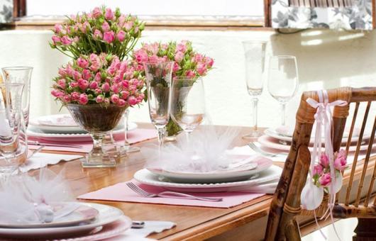 Decoração de Páscoa Para Mesa: flores naturais e louça branca