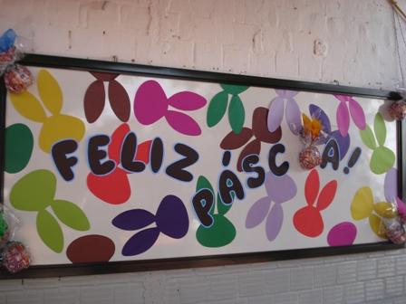 Decoração de Páscoa Para Escola: painel com coelhos coloridos